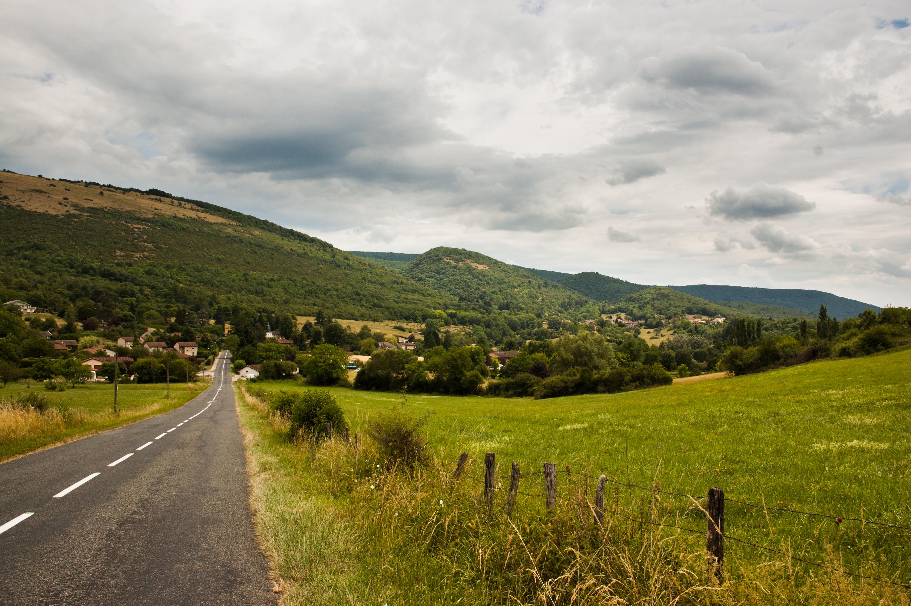 le mont myon et ses trois acolytes  paysage embl u00e9matique  u2013 chlo u00e9 froger  2017coteau montmyon